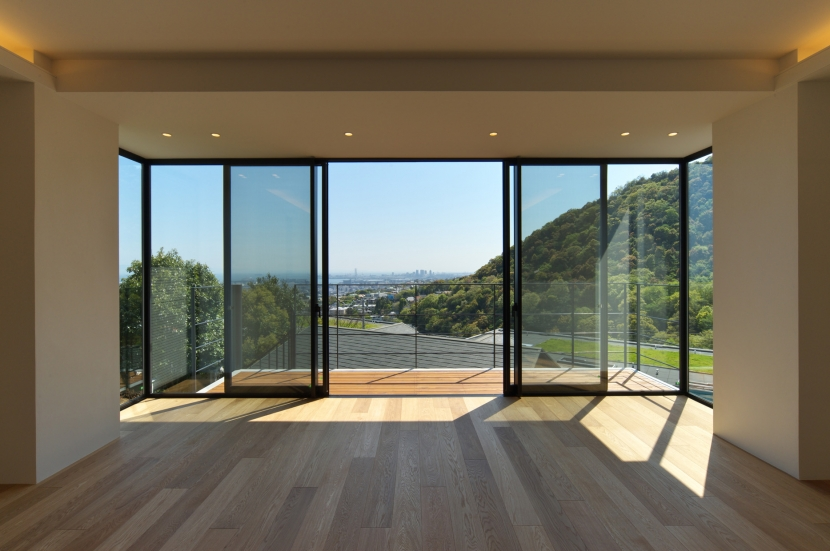 海と山の見える家の部屋 広間からの眺め