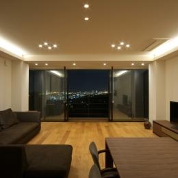 海と山の見える家の部屋 広間夜景
