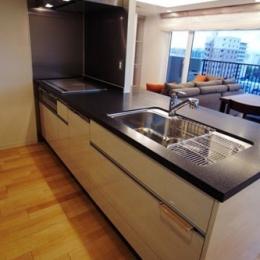 ロケーションと インテリアデザインが醸し出す LuxeStyleリノベーション (キッチン)