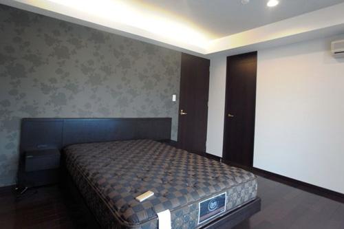 ロケーションと インテリアデザインが醸し出す LuxeStyleリノベーションの部屋 主寝室