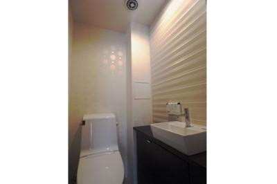ロケーションと インテリアデザインが醸し出す LuxeStyleリノベーション (トイレ)