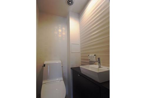 ロケーションと インテリアデザインが醸し出す LuxeStyleリノベーションの部屋 トイレ