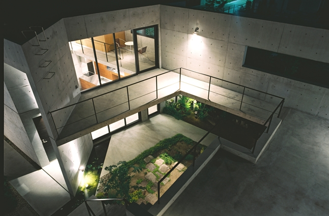 アウトドア事例:中庭俯瞰夕景(対の家)