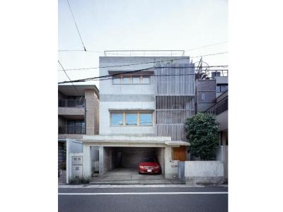 外観  RC打ち放し+木製サッシ (RC3階建て都市の二世帯住宅  将来を見越した高齢者への配慮)