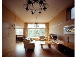 RC3階建て都市の二世帯住宅  将来を見越した高齢者への配慮 (天井高のあるリビング)