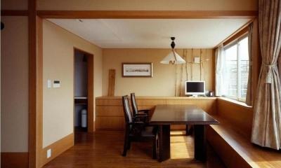 RC3階建て都市の二世帯住宅  将来を見越した高齢者への配慮 (高さを抑えたダイニング)