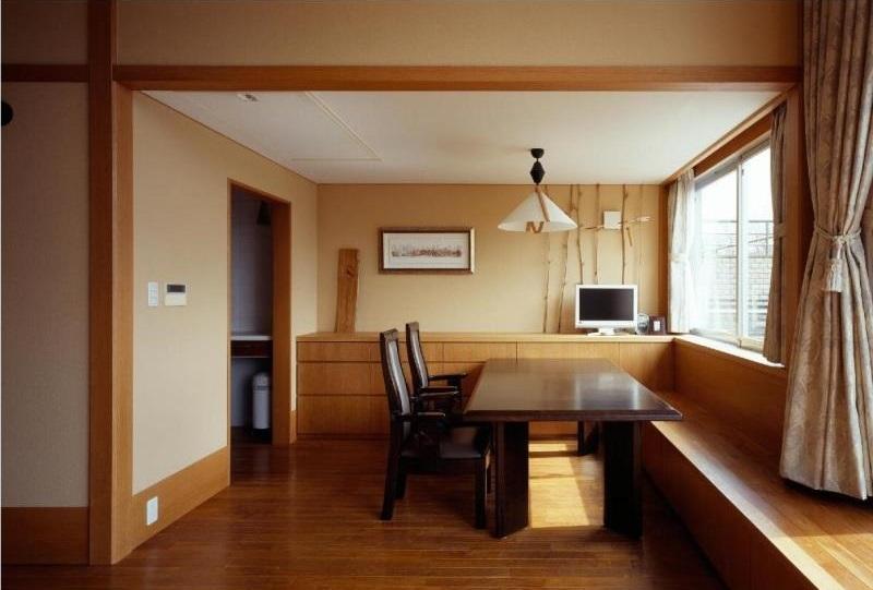 RC3階建て都市の二世帯住宅  将来を見越した高齢者への配慮の部屋 高さを抑えたダイニング