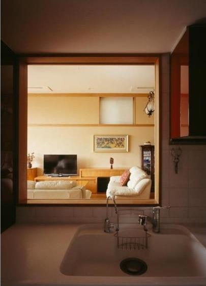 RC3階建て都市の二世帯住宅  将来を見越した高齢者への配慮の部屋 キッチンからリビングを見る