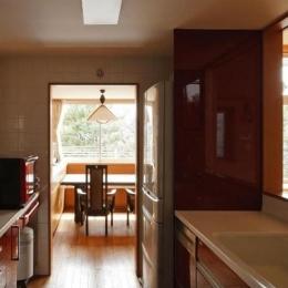 RC3階建て都市の二世帯住宅  将来を見越した高齢者への配慮 (キッチンからダイニングを見る)