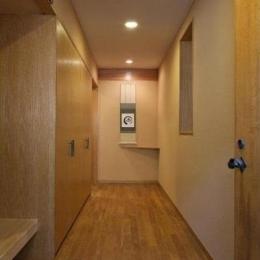 RC3階建て都市の二世帯住宅  将来を見越した高齢者への配慮 (玄関)