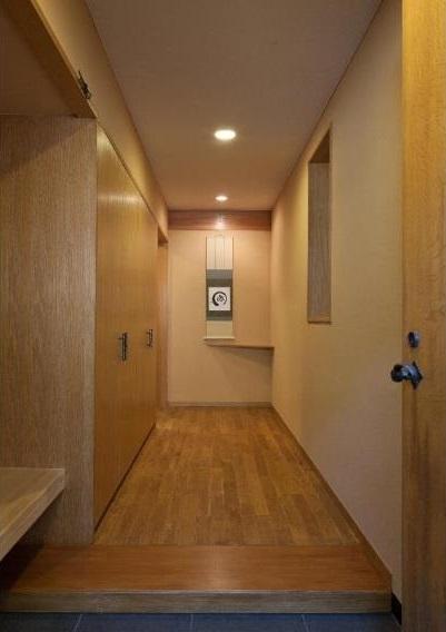 RC3階建て都市の二世帯住宅  将来を見越した高齢者への配慮の部屋 玄関