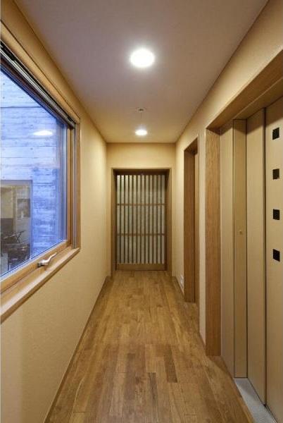 RC3階建て都市の二世帯住宅  将来を見越した高齢者への配慮の部屋 廊下 上下階の移動はエレベーター