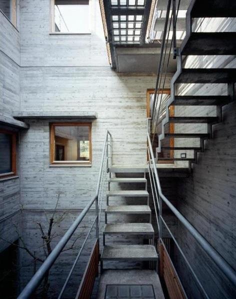 RC3階建て都市の二世帯住宅  将来を見越した高齢者への配慮の部屋 中庭