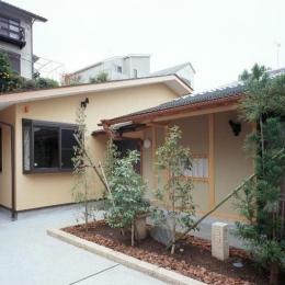 平屋 和風モダンの家  築60年の一部を残した住宅の建て替え (外観/手前が既存建物、奥が増築部分)