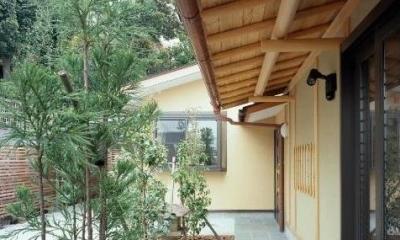 平屋 和風モダンの家  築60年の一部を残した住宅の建て替え (アプローチ/手前が既存建物、奥が増築部分)