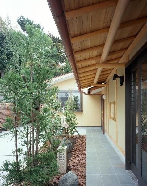 平屋 和風モダンの家  築60年の一部を残した住宅の建て替えの部屋 アプローチ/手前が既存建物、奥が増築部分