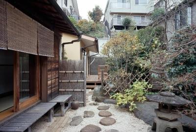 平屋 和風モダンの家  築60年の一部を残した住宅の建て替え (南庭/手前が既存建物、奥が増築部分)