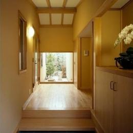 玄関/正面に坪庭が見える (平屋 和風モダンの家  築60年の一部を残した住宅の建て替え)