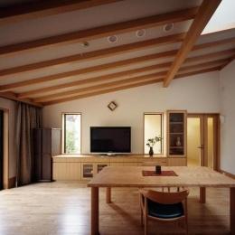 平屋 和風モダンの家  築60年の一部を残した住宅の建て替え (リビング/勾配天井)