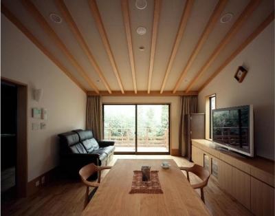 平屋 和風モダンの家  築60年の一部を残した住宅の建て替え (リビング/南庭を望む)