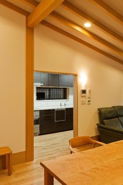 平屋 和風モダンの家  築60年の一部を残した住宅の建て替えの部屋 リビングからキッチンを見る