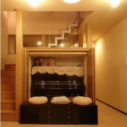 犬と共に暮らす家  室内に光を届けるリノベーション (階段/リビング側吹き抜け収納 内部にピアノが収まる)