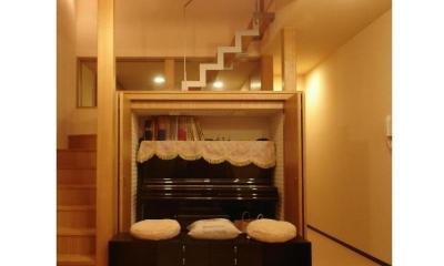 階段/リビング側吹き抜け収納 内部にピアノが収まる|犬と共に暮らす家  室内に光を届けるリノベーション