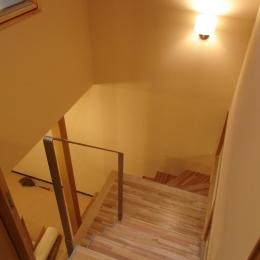 犬と共に暮らす家  室内に光を届けるリノベーション (階段)