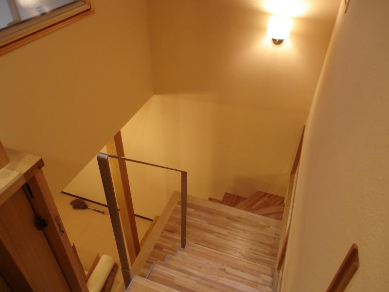 犬と共に暮らす家  室内に光を届けるリノベーションの部屋 階段