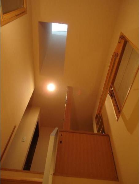 犬と共に暮らす家  室内に光を届けるリノベーションの部屋 階段/回転窓と天窓
