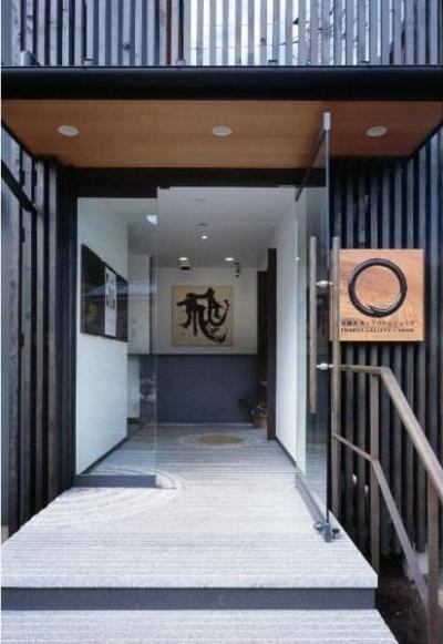 和雑貨ショップ+手仕事ギャラリー  築35年の耐震補強・全面改修 (エントランス/床は枯山水をモチーフにデザインした石貼り)
