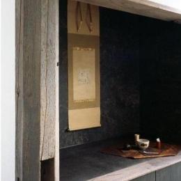 築35年の耐震補強・全面改修 和雑貨ショップ+手仕事ギャラリー (店舗飾り棚/栗の古材柱。棚の中は和紙貼り)