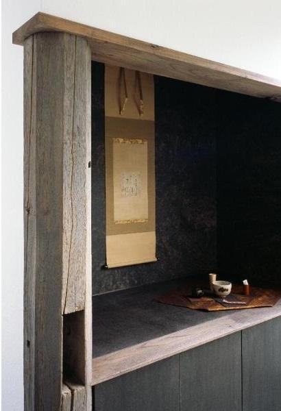 和雑貨ショップ+手仕事ギャラリー  築35年の耐震補強・全面改修の部屋 店舗飾り棚/栗の古材柱。棚の中は和紙貼り