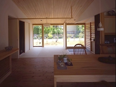 東御の家 (リビングから庭を眺める)