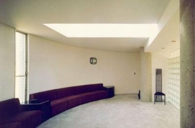 居間 2 (八本の柱のある家)