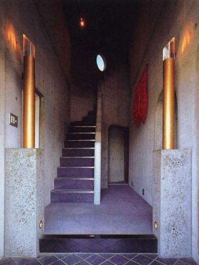 玄関ホール (三方が原戦場跡地に建つ家)