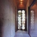 三方が原戦場跡地に建つ家の写真 住宅部と美容室をつなぐ廊下