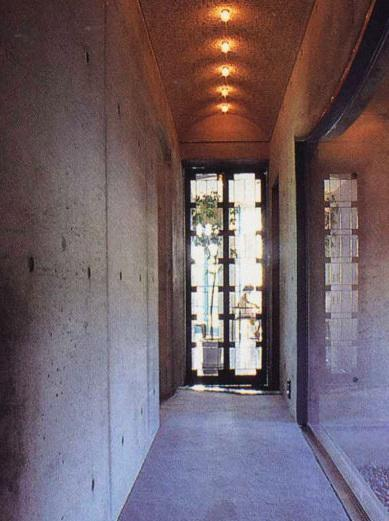 三方が原戦場跡地に建つ家の部屋 住宅部と美容室をつなぐ廊下