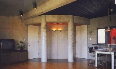 三方が原戦場跡地に建つ家 (居間から子供室の出入り口を見る)