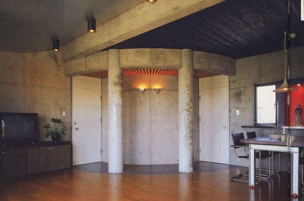 三方が原戦場跡地に建つ家の部屋 居間から子供室の出入り口を見る