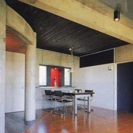 三方が原戦場跡地に建つ家 (居間から食堂を見る)