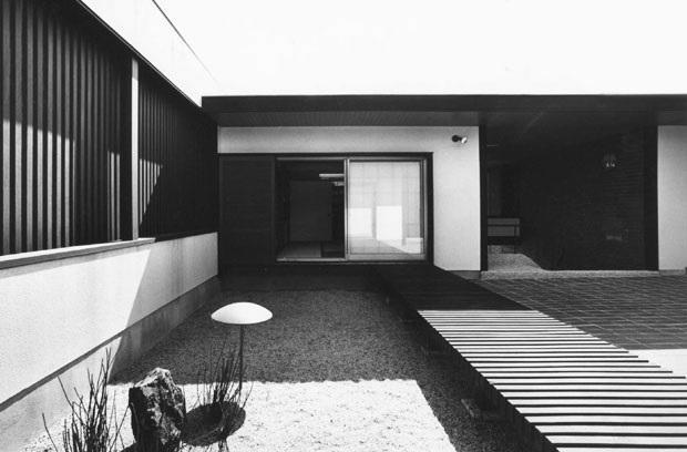 F邸 (内庭の石庭)