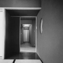 辰野の家 (居間から廊下を見る)