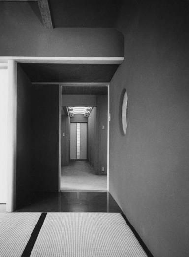 辰野の家の部屋 居間から廊下を見る