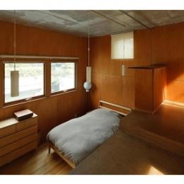 ローコストリノベーション  無機質空間から木質空間へ-寝室/壁:シナベニヤ柿渋塗装 床:杉板