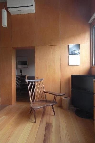 ローコストリノベーション  無機質空間から木質空間への部屋 寝室/壁:シナベニヤ柿渋塗装 床:杉板