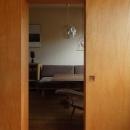 寝室よりダイニングを見る/壁:シナベニヤ柿渋塗装 床:杉板
