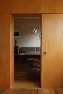 ローコストリノベーション  無機質空間から木質空間へ (寝室よりダイニングを見る/壁:シナベニヤ柿渋塗装 床:杉板)