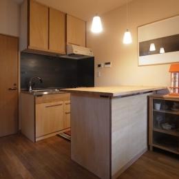 キッチン/手前の作業台に冷蔵庫が収まる (ローコストリノベーション  無機質空間から木質空間へ)