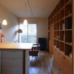キッチンからダイニングを見る。壁:間仕切り兼収納 (ローコストリノベーション  無機質空間から木質空間へ)